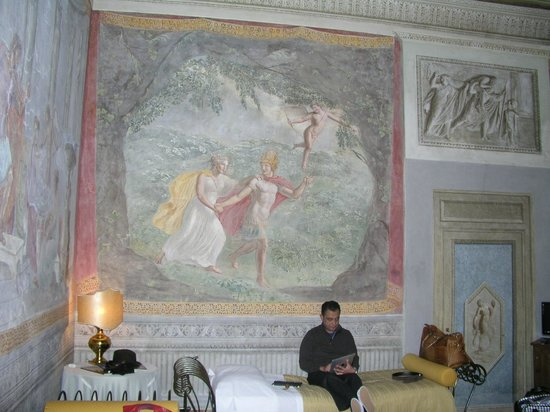 Hotel Burchianti:                   Frescos on walls. Quad room
