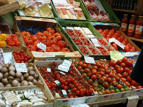 Markthalle:                   Sooooooooo many tomatoes!!!!!:O