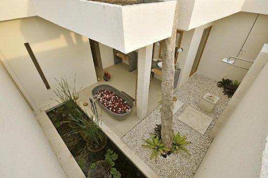 """Villa Bali Asri Batubelig:                   La salle de bain """"jardin"""", immense avec douche extérieure"""