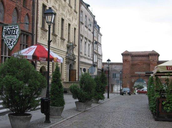 Hotel Gromada Torun:                   Hotel Gromada. Ворота - подъезд к отелю с набережной.