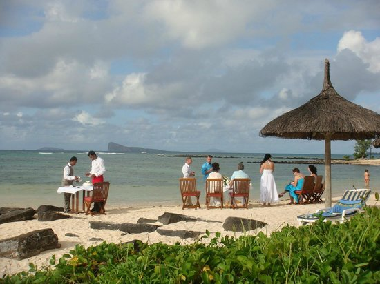 Canonnier Beachcomber Golf Resort & Spa:                   le beau Reaz sert les mariés