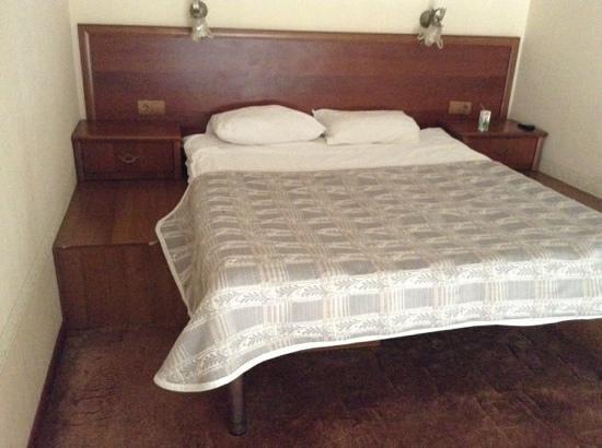 Nevsky Hotel DeLuxe:                   матрас типа шконка на подиуме из гнилого дсп