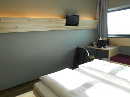 MEININGER Hotel Berlin Airport: Doppelzimmer andere Ansicht