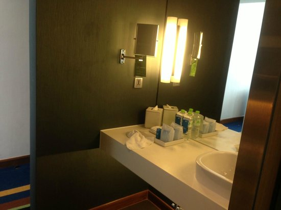 Aloft Bangkok - Sukhumvit 11:                   Wash Basin area