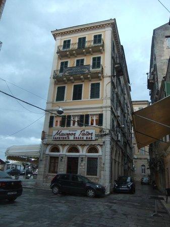 Konstantinoupolis Hotel:                   Side view of hotel