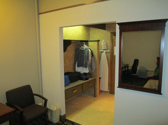 Quality Inn & Suites Kansas City Airport North:                                     Luggage/closet area.