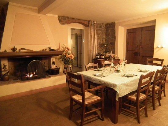 La Casa Medioevale :                   Tavola apparecchiato per la cena