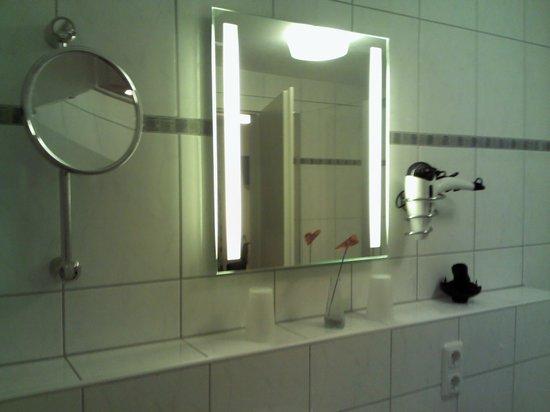 Boutiquehotel Goldene Rose :                   Bathroom mirror