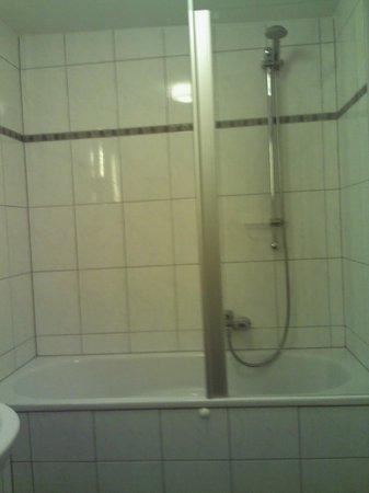 Boutiquehotel Goldene Rose :                   Bathroom shower