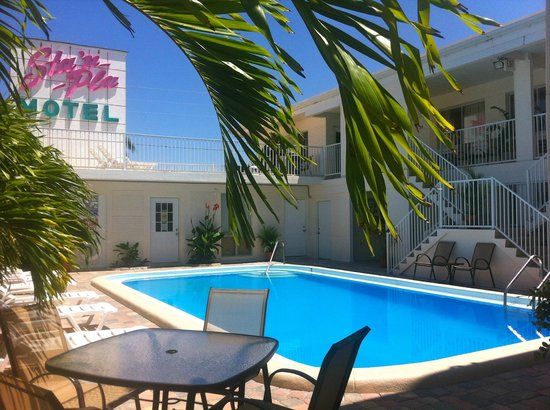 Sta'n Pla Motel: Pool and sundeck