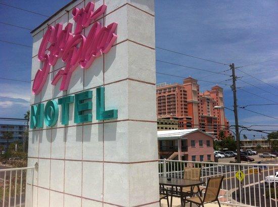 Sta'n Pla Motel: Vintage sign