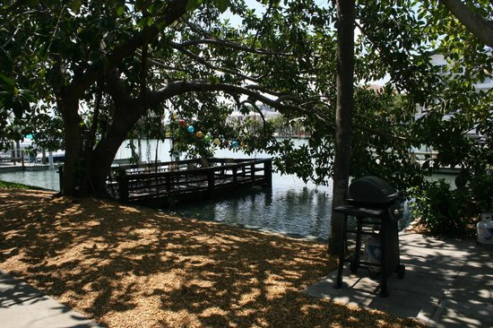 Sta'n Pla Motel: Covered Fishing dock