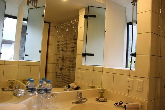 El MaPi Hotel:                   more of the bathroom...