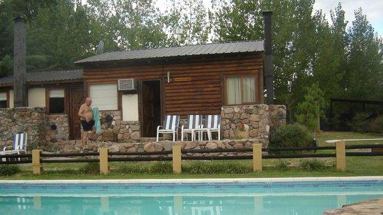 Casona y Cabanas Rio Mendoza:                   Vista desde la piscina a las cabañas