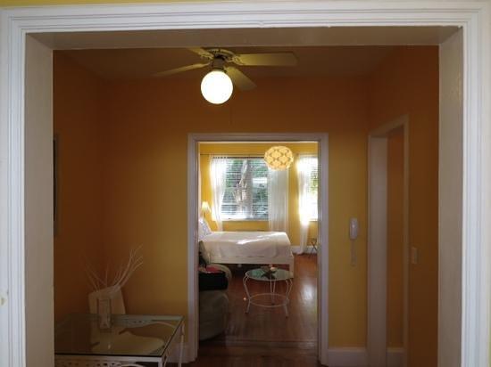 Villa Paradiso: vista del dormitorio desde la cocina