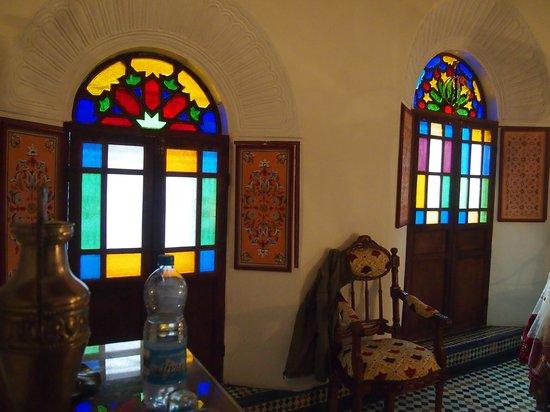 Riad Kettani:                                     Les fenêtres de la chambre en verre colorés