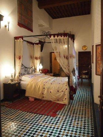 Riad Kettani:                                     La chambre avec lit à baldaquin