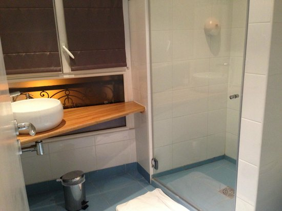 Hotel Le Parc :                   Clean, modern bathroom