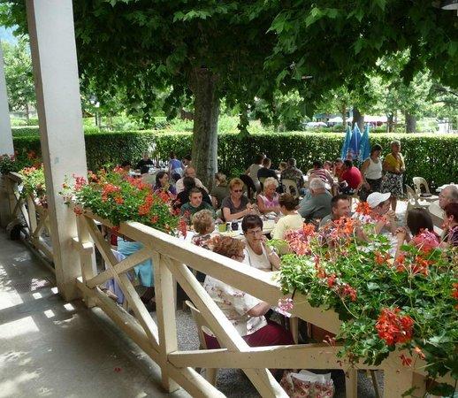 Le Pavillon des Fleurs: Repas dans le jardin