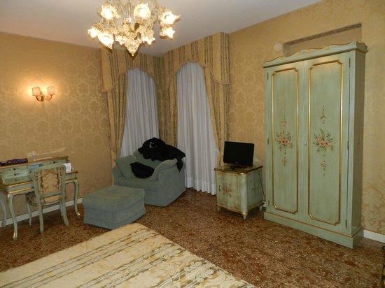Locanda Barbarigo: camera da letto con poltrona monumentale e comoda