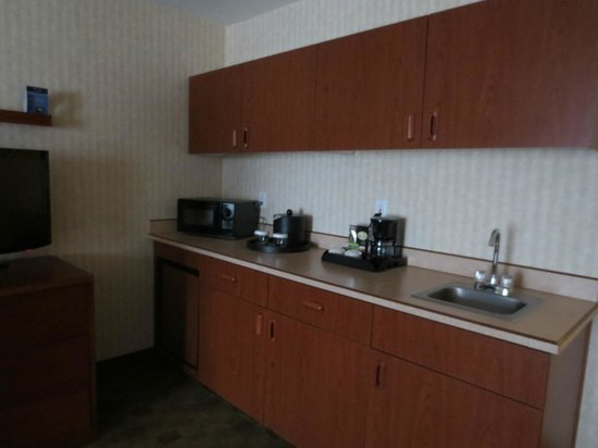 Clarion Hotel Portland Airport:                   Suite - Kitchen