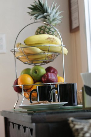 Avalon Bed and Breakfast: Coffee and fruit always available in our lobby