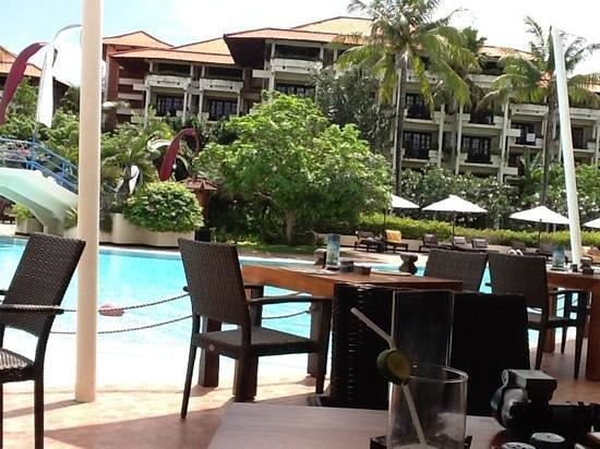 Ayodya Resort Bali:                   プールサイドのサーファーズカフェ