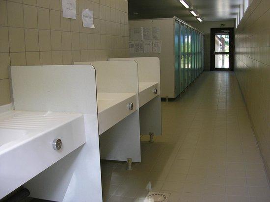 Villeneuve-les-Genêts, France : bloc sanitaire du camping