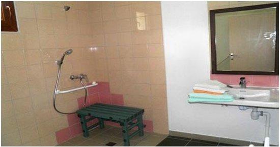 Auberge des Pyrenees: salles de bain accessibles