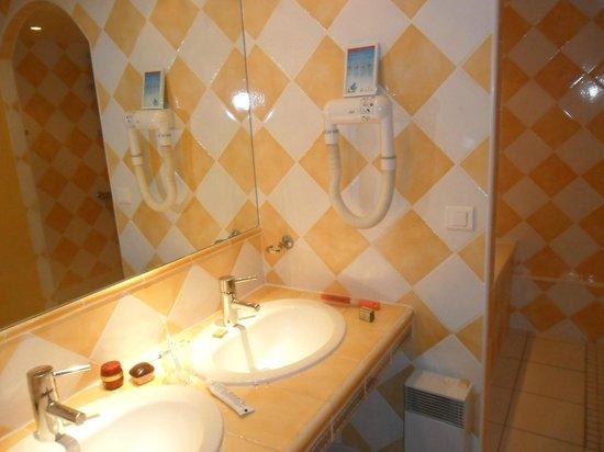 Mas Saint Victor : Salle de bains avec douche et baignoire
