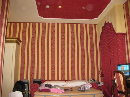 Hotel Belle Epoque:                   赤の内装で統一されていました.