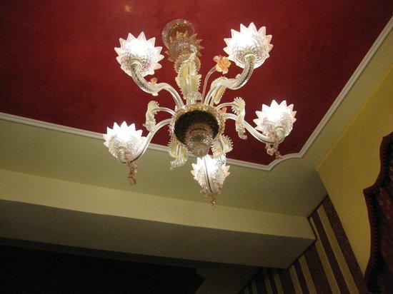 Hotel Belle Epoque:                   小さなシャンデリア風の電燈でした.