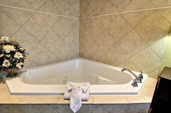 Magnolia Inn & Suites Pooler: Room Jacuzzi