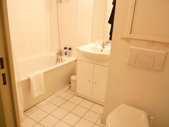 Adagio Access Saint Denis Pleyel:                   Bathroom