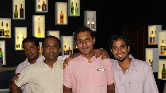 Eriyadu Island Resort:                   Самый обаятельный персонал бара!