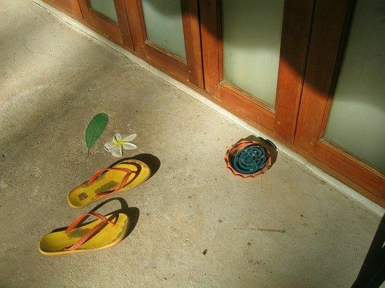 Seapines Villa Liberg: Moskitocoils werden vor die Zimmer gestellt und angezündet