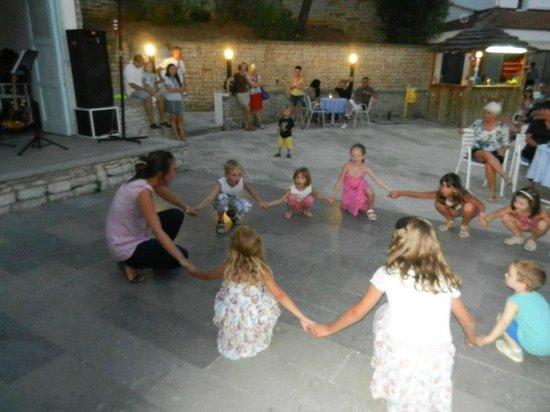Marina Hotel:                   In de avond mini disco voor de kinderen
