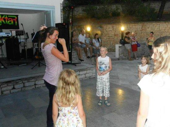 Marina Hotel:                   Mini disco show voor de kinderen