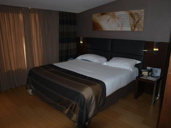 Eurostars Das Letras Hotel:                   Doppelzimmer mit viel Holzverarbeitung