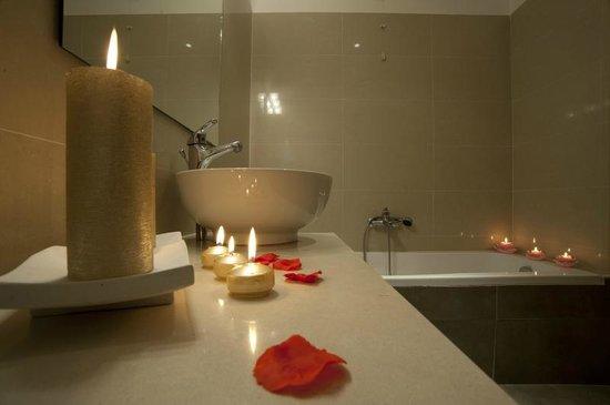 Hotel La Zagara: Bagno con vasca
