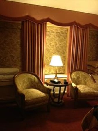 The Brown Palace Hotel and Spa, Autograph Collection:                   Bedroom sitting area