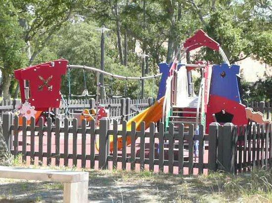 Belambra Clubs - Les Estagnots-Pinède :                   terrain de jeu pour les enfants