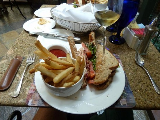 Chateau on the Lake Resort Spa & Convention Center: Lobster rolls and wine