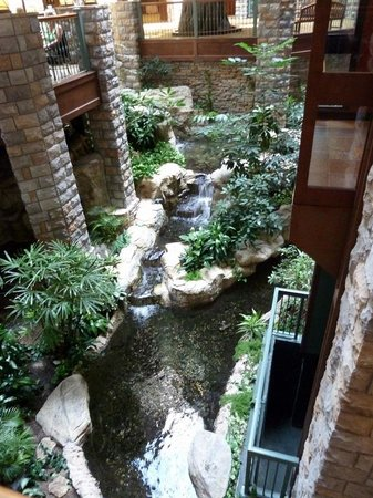 Chateau on the Lake Resort & Spa: Atrium area