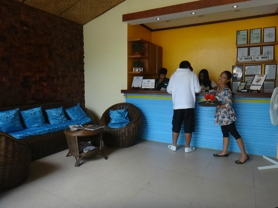 Blue Lagoon Inn & Suites: reception area w/ very cheerful service