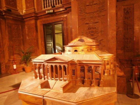 Teatro Massimo :                   maqueta en el foyer del teatro