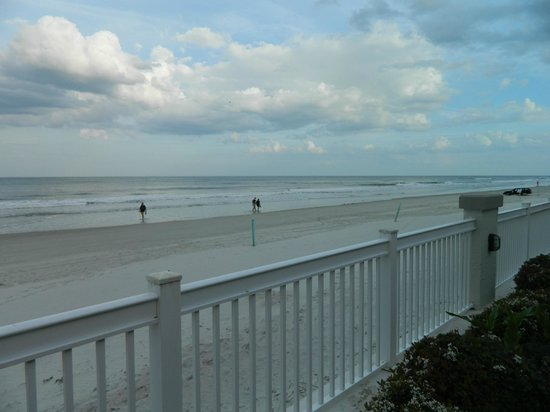 Daytona Beach Resort and Conference Center :                   View of the beach from the pool area