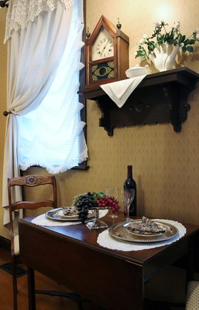 Abigail's Grape Leaf Bed & Breakfast, LLC: Schiller Strasse Parlour Suite