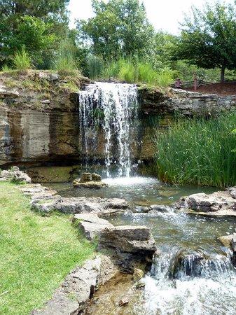 Big Cedar Lodge: Waterfalls everywhere