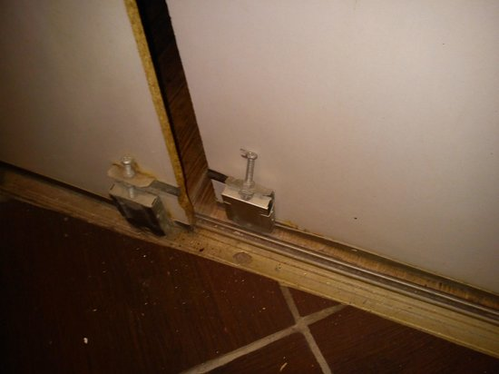Hotel Hauteville Opera:                   porta del bagno inadeguata e fuori binario
